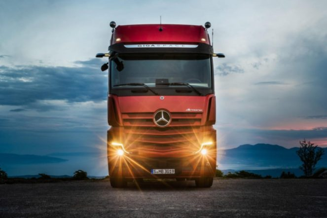 truck - mercedes benz actros 663x442 - Smart tech revolutionises truck driving